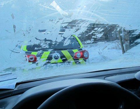 ULOVLIG: Det er ulovlig å kjøre bil uten å ha skrapet vekk is som hindrer sikten. Arkivfoto: Politiet