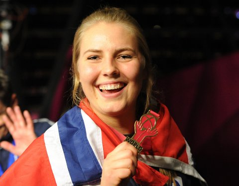 MER JUBEL? Vilde Ingstad, som spiller i danske Team Esbjerg, og de norske håndballjentene ble verdensmestere for ett år siden. Nå er EM rett rundt hjørnet.