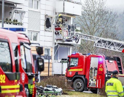 RUSTADGRENDA: Mandag ettermiddag reddet røykdykkere en eldre dame ut av en brennende leilighet i Rustadgrenda.   FOTO: Oslo Brann- og redningsetat