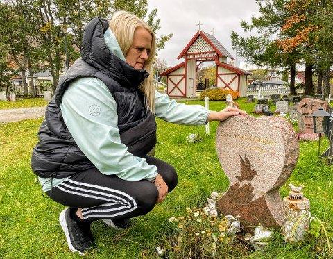 MOR OG DATTER: På gravlunden i Tromsdalen ligger Sara og Sylvia Marie Nygård er veldig glad for å ha en grav  besøke.