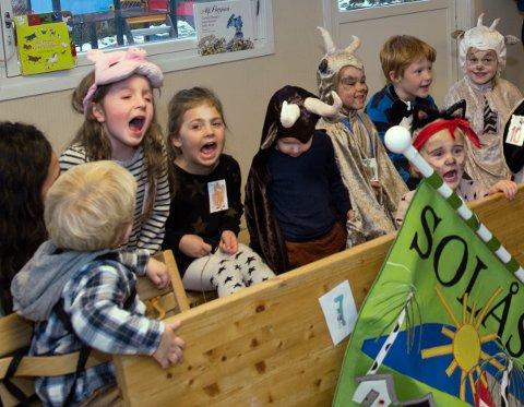 innlevelse: Ingen ting å si på innlevelsen da barna i Solåsstua barnehage viste fram skuespill og andre kunstneriske prosjekter fredag.