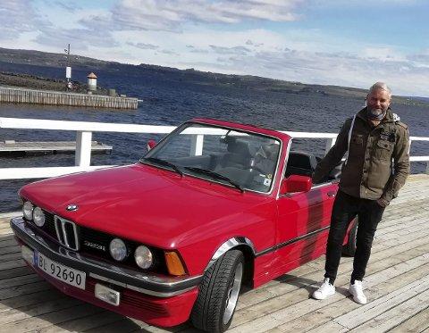 SJELDEN BIL: Etter hva vi forstår, skal det i dag bare eksistere om lag 20 BMW Peters Cabriolet i hele verden. Pål Kjelstad fra Gjøvik eier en av de gjeveste, som ble bygd på toppmodellen 323i.FOTO: DAG SKOGLUND
