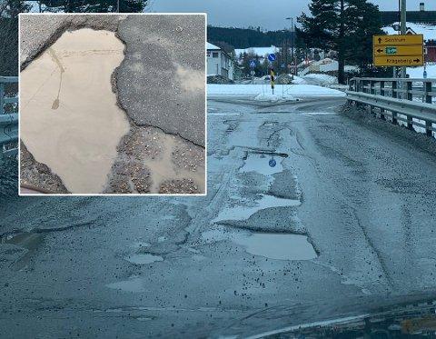 HULLETE: Store hull i veien gjør at bilistene oppfordres til å kjøre forsiktig.