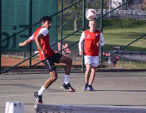 SK Gjøvik-Lyns Harry Singh (t.v.) og Arne Ravndal viste seg som to ballsikre spilelre i fotballtennis.