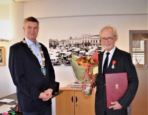 OVERREKKELSEN: Torsdag fikk legen, folkemusikeren og forfatteren Kjell Christian Midtgaard, overrakt Kongens fortjenstmedalje av ordfører Erik Bringedal.