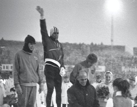 HØYDEPUNKT: Her jubler Dag Fornæss (20) fra Hamar etter å ha blitt verdensmester på skøyter for 50 år år siden i Deventer i Nederland. Göran Claeson, Sverge tok sølv. Bronsen gikk til storfavoritten, Kees Verkerk, Nederland.