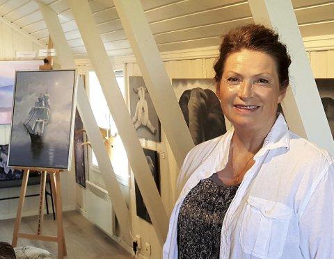 KUNST PÅ LOFTET: Randi Bjørkli Kjær har lagt mye energi, og sikkert penger, i å skape et lyst og hyggelig galleri på loftet over vaktmesterne i bakgården til Håndverksenteret. FOTO: SVEN OTTO RØMCKE