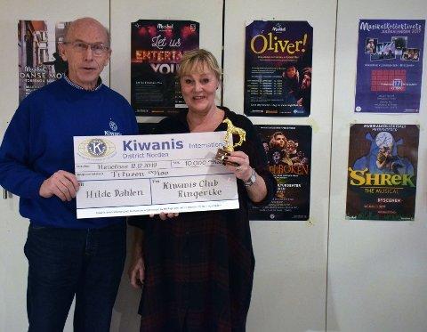 PRIS: Hilde Dahlen mottok Kiwanis Club Ringerikes ærespris for 2019, av president Leif Aspevoll.