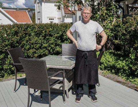 UTESERVERING: Ola Freitag har allerede satt ut de første bordene og stolene i bakgården til Storgata 9 Landhandleri og Delikatesse på Jevnaker. Nå vurderer han hvordan han kan få på plass en løsning for gjestenes dobehov.