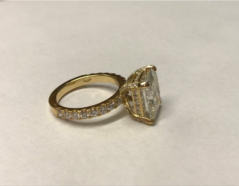 KOSTBAR: Dette er ringen kvinnen hentet i Belgia. (Foto: Tollvesenet)