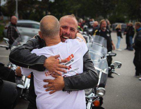OMFAVNET FAREN: Etter 6.600 kilometer på motorsykkelsetet kunne Håkon Smeby endelig klemme faren Lars.
