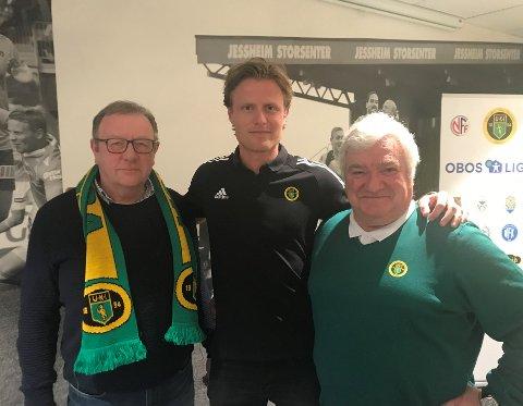 LEDERBYTTE: Styreleder Trond Ivar Johansen (t.v.) i Ull/Kisa Fotball sammen med påtroppende daglig leder Andreas Aalbu og avtroppende daglig leder Cato Strømberg.