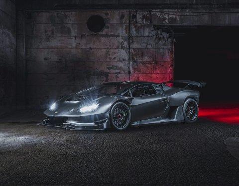 Norskbygd Lamborghini med 120 hestekrefter bygd i Nannestad. – Vi har brukt 24.000 arbeidstimer over 28 måneder for å få bilen ferdigstilt. Nå har den vært vist fram i Dubai og i England, forteller Radni Molhampour, altmuligmann og initiativtaker i Zyrus engineering. Foto: Zyrus engineering.
