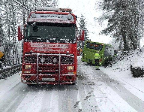 FLERE OPPDRAG: Nilsens bergingstjenester har måttet rykke ut til flere bergingsoppdrag mandag. Blant annet hadde en buss sklidd av veien i en sving i Gansdalen.