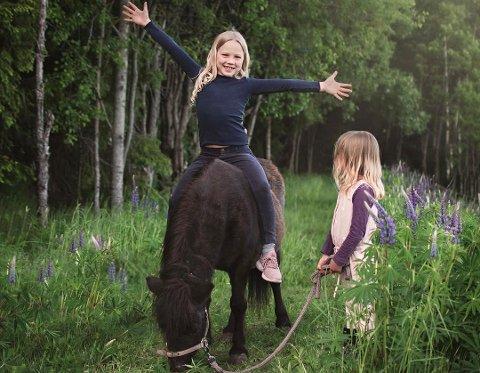 SOMMER I LUFTA: Liv Inger Monsen er kåret til ukesvinner med dette bilde av ponniejentene på tur.
