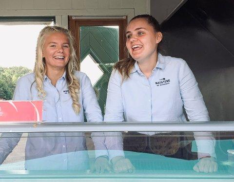 Tomine Horve Thidesen (18) og Miriam Horve (17) har sommerjobb i is-boden på Bersagel.