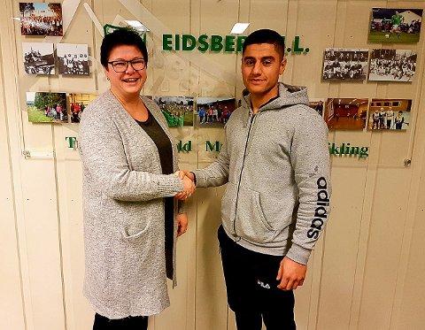 FORNØYD: Fotballeder Catrine Nilsen ønsker Aram Kader lykke til som ny juniortrener i Eidsberg IL.