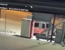 HÆRVERK: Bilen kjørte inn i automaten to ganger før den forsvant fra stedet.