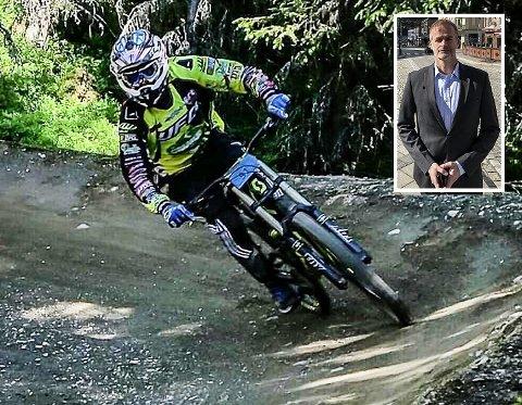 I FARTA: På jobb på Notodden sitter han gjerne bak et skrivebord. På fritida kjører Notodden-rådmann Per Sturla Wærnes (innfelt) gjerne motocross, sykler downhill eller kiter. Her i farta på Hafjell.