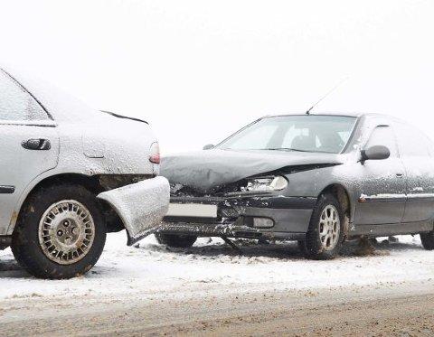 Litt over ti prosent av bilene involvert i uhell sist vinter kjørte med sommerdekk. Det viser tall fra forsikringsbransjen.
