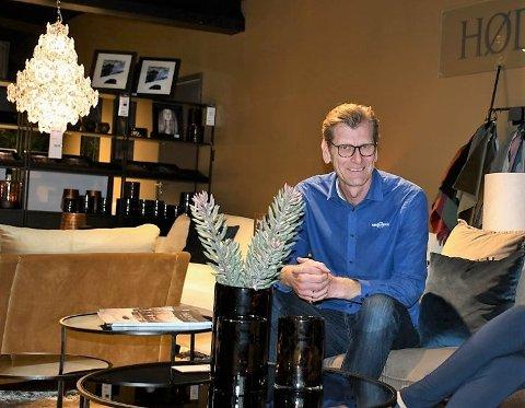 OPTIMIST: – Vi har hatt bra kundebesøk og folk har kjøpt mye møbler hos oss, sier Anders Kristensen.
