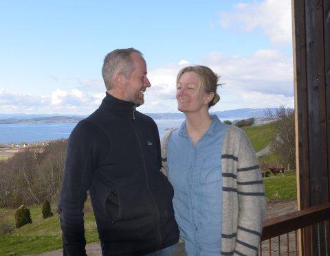 ARKITEKTPRIS: Frode og Kristine Sakshaug kan glede seg over at Øyna har blitt nominert til hele to priser i arkitektkonkurransen på et av verdens største nettsteder for arkitektur.  Her er de avbildet like før de åpnet hotellet som har fått en fantastisk mottakelse.