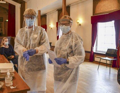 Vaksinering: Mette Austeid og Elise Botne Pedersen er blant dem som har satt vaksiner på Rådhuset i Tvedestrand. Torsdag er planen å vaksinere 500 personer. Arkivfoto
