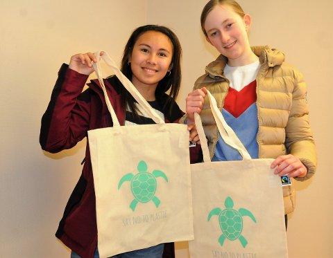 Sparer miljøet: I stedet for plastikkposer bør du ta med deg et slikt handlenett på butikken, mener f.v. Trisha Johansen og Ingrid Winnem Tvedt, elever på 9. trinn ved Nord-Aurdal ungdomsskole.
