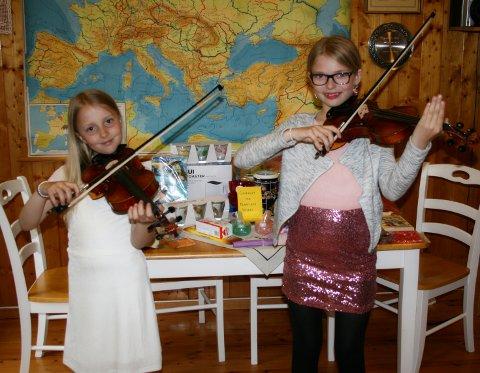 Øvd: Oda Amalie Lund og Julie Skogstad har gjennom vinteren øvd på eit konsertprogram med folketonar og klassiske melodiar.