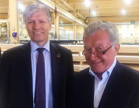 HAR TRO PÅ PRODUKTET: Oscar Johansen (til høyre) fra Nøtterøy er en av investorene i massivtrefabrikken Splitkon, som tirsdag ble åpnet av klima- og miljøminister Ola Elvestuen (V).