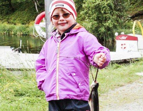 FISKELYKKE: Lille Eline viste at det er fin fisk å dra opp fra Doktortjønna. ALLE FOTO: JON HØSØIEN