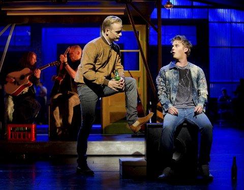CHARLIE OG HARRY: I Kinky Boots spiller Snorre Ryen Tøndel (t.h) rollen som Harry. Her er han og hovedpersonen Charlie (Andreas Weise) på scenekanten.  Foto: Malin Andersson