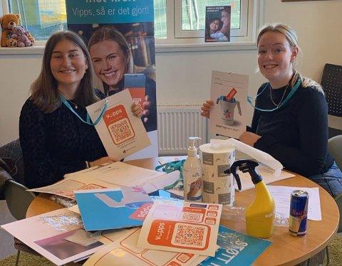 KLARER FOR KRAFTTAK MOT KREFT: Aksjonssjefene Hanna Kristiansen Mo (18) fra Ås og Johanne Lund (18) fra Langhus, går siste året på Ås videregående skole. Denne uka deltar de i Kreftforeningens innsamlingsaksjon.