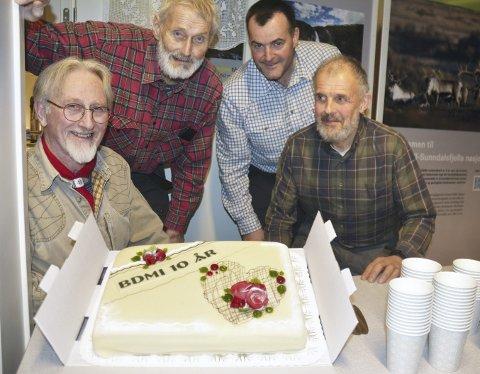 Jubileumskake: Sverre Løvaas (fv.), Svein Iversen, Torgrim Sørseth og Hans Erik Wold har alle vært med i BDMI siden starten.