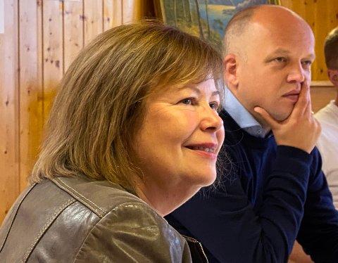 Garantister: Stortingsrepresentant Siv Mossleth, her sammen med Senterpartiets statsministerkandidat Trygve Slagsvold Vedum, garanterer at det ikke blir flere kommunesammenslåinger dersom partiet kommer i regjering.