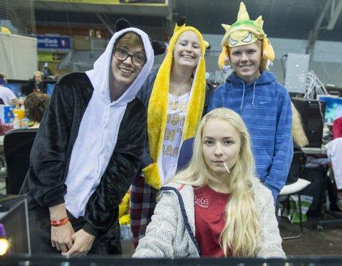 Henriette Schjelderup (15, foran) er på sin andre strake ByLAN sammen med vennegjengen. De spiller «League of Legends» (LoL) og trener taekwondo sammen, og kaller seg «Krydderhyllen». – Det er fordi vi er forskjellige, men likevel passer sammen. Som salt og pepper, forklarer Schjelderup. Her omkranset av tre av krydderplantene: panda Sander Olsen (15, bak f.v.), Pikachu Mia Johanne Larsen (15) og dinosaur Simen Løtveit (16).Foto: Magne Turøy
