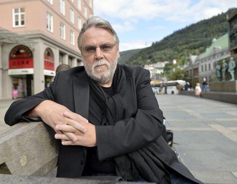 Selv om tidligere BT-journalist Finn Bjørn Tønder har gitt ut bok før, er «sistesoldater» den første romanen               han kommer ut med. I den første boken «Kammerspill» (1997), som han skrev med Haakon B. Schrøder, omtalte de konflikten i det bergenske politihuset med Rolf B. Wegner i spissen.