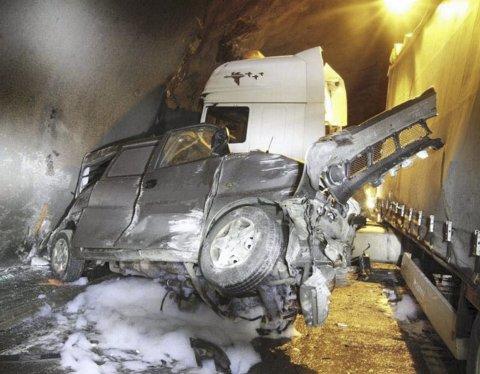 Den 32 år gamle føreren av varebilen omkom i ulykken i september 2011. Retten slår fast at veivesenets risikovurdering av det glatte betongdekket var mangelfull, og at staten har hovedansvaret (2/3) for ulykken.