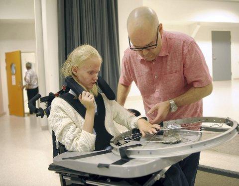 Andrea Grindheim-Hustveit og Jonas Langeby øver seg på «instrumentet» foran henne. Bygdanytt var det første mediet som fortalte om 12-åringen fra Ådnamarka skule, som har lært seg å spille piano til tross for at hun er født med hjerneskade, som igjen har ført til cerebral parese og epilepsi.