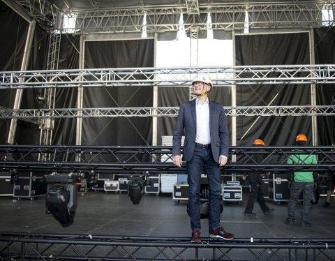 Direktøren for Festspillene, Anders Beyer, her fra riggingen til åpningen på Torgallmenningen i fjor.