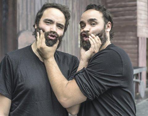 Hekseringen har urpremiere på festningen lørdag 5. august. Da står tvillingene Ronnie (til venstre) og Kurt Mega Herdlevær på samme scene.