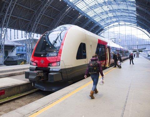 Det nye Flirt-toget på Vossebanen testes nå i bruk som en del av ordinær trafikk. Først til sommeren vil «luksustoget» settes inn i full drift på strekningen.