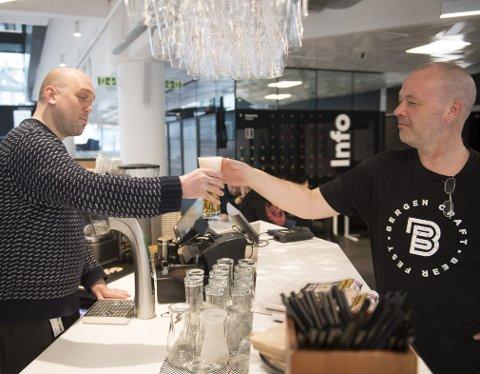 Erik Aarebrot (t.v.) og Rolv Bergesen er klare for å åpne kranene til de internasjonale bryggerne              når dørene åpner på USF Verftet i begynnelsen av mai.