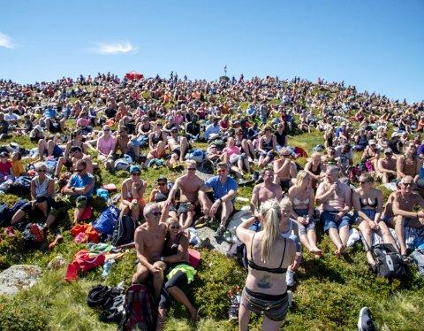 2400 oppmøtte: Det var «fullt» på Tysnessåta da Bigbang spilte i en drøy time på «toppen» av Tysnes torsdag tidlig ettermiddag. Været var på arrangørenes side, selv om tåken lå lavt da torsdag gikk fra tidlig morgen til formiddag. Likevel skinte solen da Oslo-bandet satte i gang konserten.Foto: Eirik Hagesæter