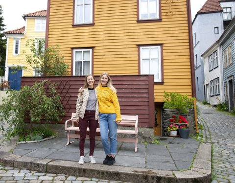 Anette Rønhovde (26) og Marlèn Eide (26) står på det som skal bli en bitte liten scene under                        Knøsetoppfestivalen 18 august.  FOTO: Anders Kjølen