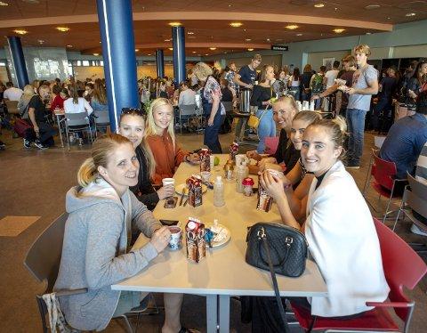Henriette (29), Martine Bones (19), Sofie Vik (20), Maria Ellingsen (20), Ina Dzelatic (19) og Emilie Dåstøl har ingenting å utsette på frokosten.