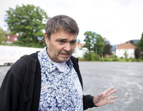 – Vi kan ikke slutte å leve selv om det regner, folk må komme på festival uansett, sier festivalsjef Tor Egil Hylland. Etter fire år med regn, vil han nå tørrlegge deler av festivalområdet.  Foto: Anders Kjølen