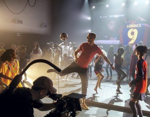 Brede Hangeland trikser med en av medlemmene fra Fargespill under innspillingen i Grieghallen i juni.