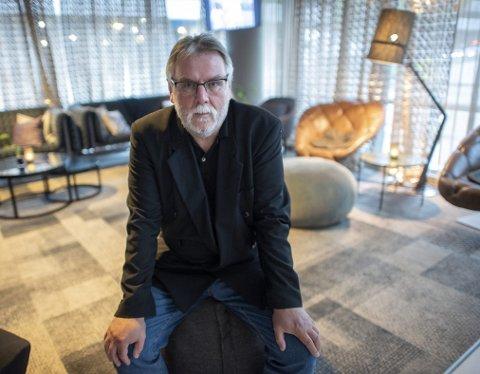 BOKAKTUELL: Finn Bjørn Tønder har brukt de to siste årene godt. Siden 2016 har den tidligere krim- og kultur-journalisten gitt ut tre bøker. Den siste, «Utide», er en roman fra Bergen. – Jeg er opptatt av byen min, og skriver historiene herfra, sier Tønder.Foto: Kai Flatekvål