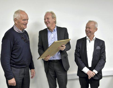 Tre dollarglis. Den ene gir, de andre får. Trond Mohn (til venstre) mottar nok et æresmedlemskap i idretten.                                Leder i hederskomiteen i Fana, Tor Gjøstein (i midten) og styreleder i Fana  Bjørn Thømt (til høyre) takker Mohn.